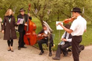 Mit Musik und Tanz unter dem Bücherbaum beim Mai-Picknick des Nymphenspiegels im Botanischen Garten