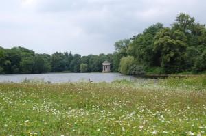 Bäume und Wasser sind die bestimmenden Gestaltungselemente im Nymphenburger Schloßpark
